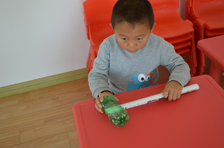 幼儿园的小朋友们用废旧物品在老师的指导下做了